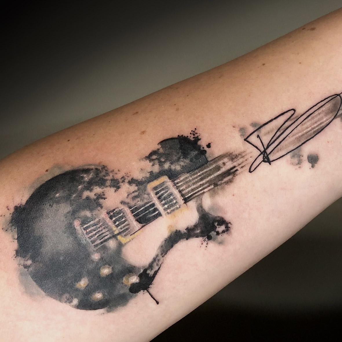 gitaar met handtekening tattoo door Lilian Dekkers-INK & Art Company